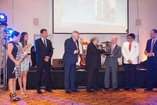 Homenageado com Prêmio Coopetrol Internacional recebe troféu na Argentina